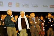 Clint EASTWOOD, Bertrand TAVERNIER et Gérard COLLOMB, entourés de tous les bénévoles - Lyon - Festival Lumière 2009 © Anik COUBLE