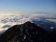 五竜岳山頂からの眺望 遠くには八ヶ岳と富士山が見える