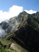 これから登る鹿島槍北峰への尾根
