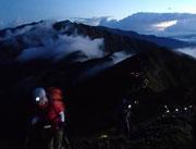 早朝の五竜岳への登り