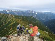 爺ヶ岳からの下り、遠くには剱岳が見える