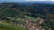 Blick aus dem Flieger über Darlingerode und die Darlingeröder Schweiz; Oktober 2013 mit Burgberg und Brocken