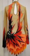 Aufwendig gearbeitetes Kürkleid in Orange/-Gelbtönen mit schwarzen Kontrastapplikationen/ Rückenansicht / Gr. M