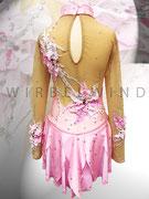 Süßes Kürkleid in rosa für kleine Eisprinzessinnen, mit Blüten und Ranken, Perlen und Strasssteinen, Rock doppelt in Blätteroptik / Rückenansicht / Gr. 128