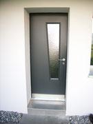 Türe gestrichen mit Glaseinsatz