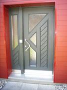 Türe gestrichen mit festen Seitenteil und Glaseinsatz