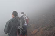Salita al vulcano tra la nebbia