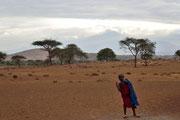 Un bambino e il Monte Meru sullo sfondo