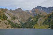 Lago Luzzone. Si vedono la capanna e il Piz Terri
