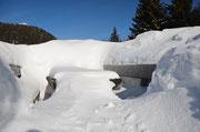Tavolo e panchine con un po' di neve