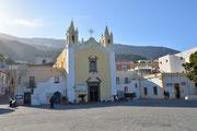 La chiesa e la piazza al porto