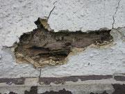 Mit reinen Mineralputzen wäre das Holz nicht so sehr beschädigt