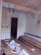 Die alte Küche mit einer mit einer dünnen Wand abgeteilten Abstellkammer