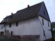 Das Bruchsteingebäude von hinten - da war schon mal unter dem Putz geschaut worden, was drunter steckt