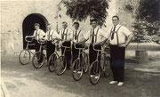 1958 Adelheider Radfahrer stehen Spalier