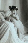 cette petite fille allait se rhabiller aprés une séance de photos, 1986