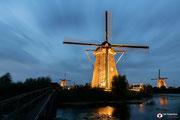 Nachtfotografie van de verlichte molens van Kinderdijk.