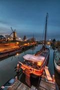 Nachtfotografie aan de Lingehaven in Gorinchem met historische schepen.