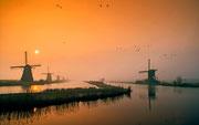 Foto van de maand: februari 2013     Zonsopkomst boven Kinderdijk