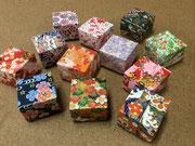 様々な色や柄の友禅紙を使った、手加工で丁寧に作製された手のひらサイズの貼箱小箱