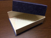 箱の内と外で異なった素材感の和紙を使った底板付き変形貼箱