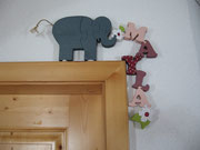 Elefant - Blüemli - Name - Blüemli; über eine Kante wie z. B. Türrahmen, Regal, Kommode, ...