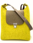 Nachhaltige Tasche aus Wollfilz (100% Wolle), plastikfrei, in Deutschland handgefertigt, hier in senf-taupe mit Yuma Gurt