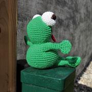 Frosch für Lea - Ostern 2015 - Anleitung von Sara Tilly aus der Gruppe Amigurumistübchen - von der Seite