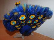 ...und von hinten. Federn sind verstärkt, mit kleinen umhäkelten Kabelbindern, die im Körper enden.