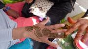 Très beau dessin au henné sur le dos de la main