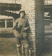 """Sturmtruppsoldat/Eliteeinheit um 1918 mit einer legendären Bergmann MP (""""Grabenfeger""""), EK2 am schwarz-weißen Band (kl. Feldschnalle)"""