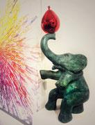"""Philippe Berry-""""Eléphants et son ballon""""- patine verte, ballon rouge-Disponible en H:50cm, H: 80cm, 120cm-sculpture en bronze. Galerie d'art, Biot."""