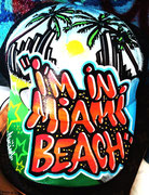Menace, l'artiste vous customisera Tshirt, casquettes etc... pendant les marchés nocturnes de Biot