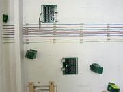 Les cartes de rétrosignalisation LDT sont mises en place. Les fils rigides en 1.5 mm2 sont maintenus par de simples cavaliers en carton agrafés.