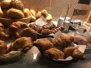 Hotel Spessart Frühstücksbuffet - Fisch gebackene Brötchen, Croissants und Schokobrötchen