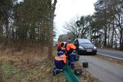 Die Mädchen und Jungen von der Jugendfeuerwehr in Rade gehören zu den treuen Helfern beim Zaunaufbau.