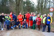 Zahleiche Mitglieder und Freunde haben sich zum Aufbau des Zauns eingefunden, darunter auch die Naturfreunde von der DLRG-Ortsgruppe Neu Wulmstorf.