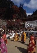 【談山神社けまり祭り】 談山神社(たんざんじんじゃ)は、桜井市多武峰にある神社。創建は678年で、祭神は藤原の鎌足。神仏分離以前は、寺院であり、多武峰寺という名称であった。写真の蹴鞠会(けまりえ)は、4月29日(昭和の日)と11月3日(文化の日)に行われ、そもそも、蹴鞠の歴史は、およそ1,400年前、中国から伝わり、中大兄皇子と藤原鎌足が現・飛鳥寺で蹴ったのが最初とされている。秋の紅葉時には多くの観光客が訪れる。