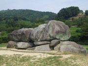【石舞台古墳】 県中央部の明日香村には、飛鳥時代の宮殿や史跡が多く発掘されている。その代表格が、写真の石舞台古墳で、我が国最大級の石室を持つ上円下方墳。一般に曽我馬子の墓と言われている。その他、明日香村には、「高松塚古墳」「キトラ古墳」の他、飛鳥時代の天皇陵がいくつも存在する。