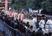 【春日若宮おん祭】 春日大社は、奈良公園内にある神社で、全国にある春日神社の総本社である。春日大社の本殿(4棟)は、国宝に指定されており、毎年、12月15~18日に行われる写真のおん祭りは、重要無形民俗文化財の指定を受けている。祭りの始まりは、約850年前。