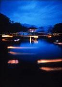 【浮見堂・鶯池エリア】 奈良公園、一の鳥居から南東へ進むと、鷺池・浮見堂がある。ライトアップ時の景観は格別で、8月上旬に開催される「なら燈花会」の際は、鷺池の周囲と蓬莱橋の上にはろうそくの灯がともり、池には船先に灯りを灯したボートが浮かぶ。