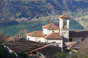 Chiesa di Gottro con il Lago di Piano