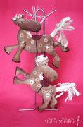 """Вкуснопахнущие сувениры для любителей лошадок) Коники сшиты из грубого хлопка в рубчик, ножки на пуговичных/бусичных креплениях и прекрасно двигаются - коник может """"лететь"""",бежать галопом или стоять))"""