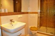 Modernes Badezimmer mit Dusche und WC