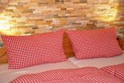 Schlafzimmer mit Steinwand