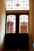 Doppelflügelige Tür und Oberlicht mit Facettverglasung