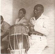 Mestre Bimba tocando atabaque_ceca