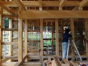 壁下地の竹小舞を編む