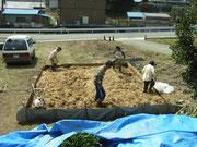 荒木田土と稲ワラを水で練り合わせ、壁土をつくる