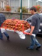 Arrivée des pains pour la traditionnelle bénédiction
